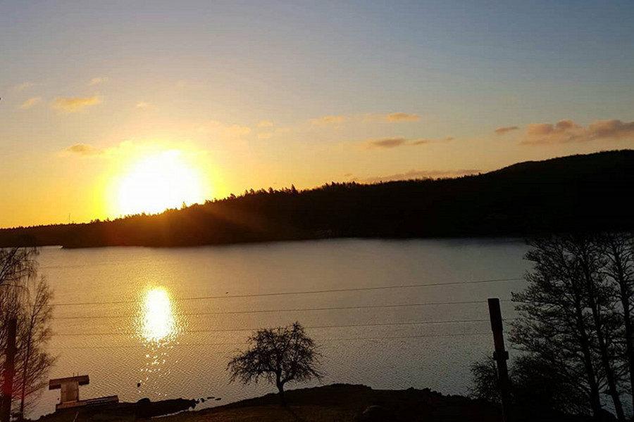Ute yoga vid sjön halen boafall